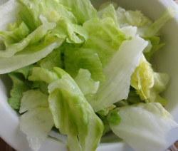 Ledový salát se sladkokyselou zálivkou