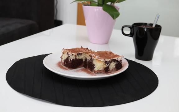 propadávaný koláč s pudinkem a zakysanou smetanou